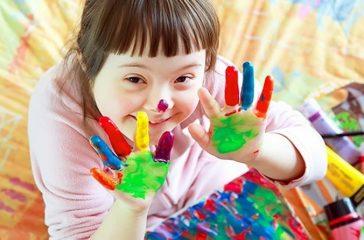 Niña con la cara y manos pintadas